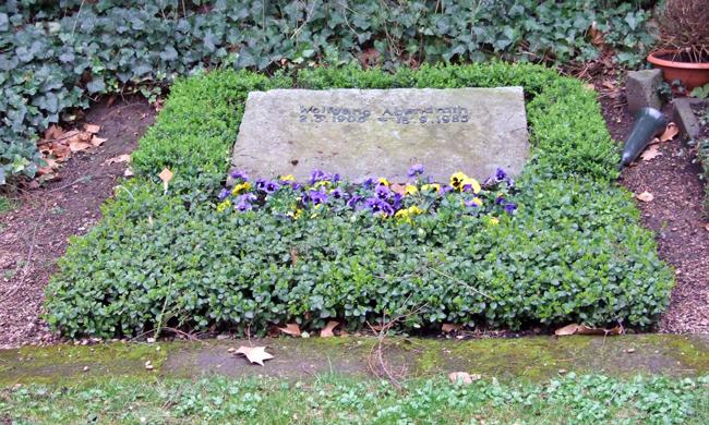 Frankfurter Hauptfriedhof. Foto: https://de.wikipedia.org/wiki/Wolfgang_Abendroth#/media/File:Wolfgang-abendroth-grab-ffm001.jpg